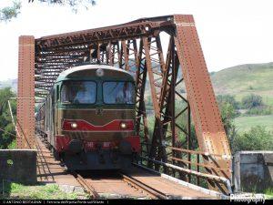 1492527123_FondFS-D345_1142-D343_1030-Treno29438ConzaRocchetta-FerroviaIrpinia-PonteOfanto-stazSanTommaso-2016-08-26-BertagninAntonio_115-1920width